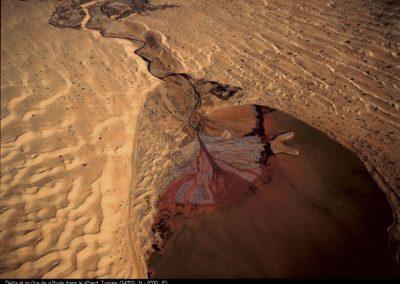 Delta et rivière de pétrole dans le désert, Tunisie