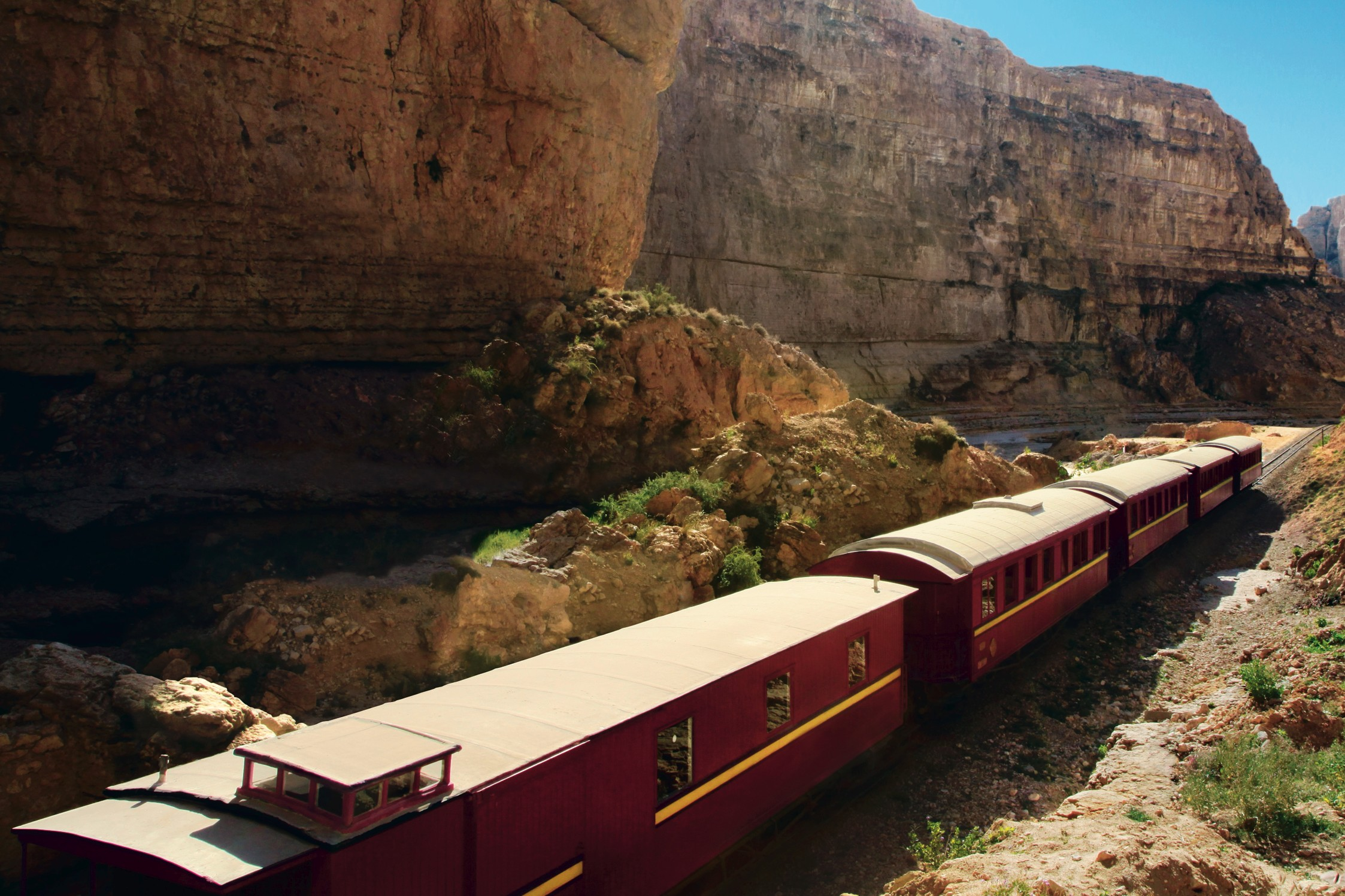 """Le train le """"Lézard rouge"""" sillonne le désert tunisien"""